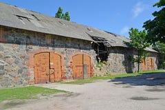 仓库在14世纪的古老农奴建筑 铺石 库存图片