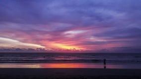 库塔海滩,巴厘岛-印度尼西亚日落视图  库存图片