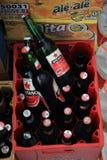 库塔/巴厘岛- 2016年9月09日:条板箱未打开的瓶在巴厘岛-彬塘的地方啤酒 免版税库存图片