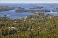 库奥皮奥村庄在芬兰 海岛,森林湖 芬兰大局 免版税库存照片
