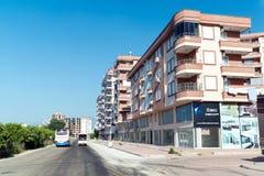 库姆卢贾,土耳其- 6月20 2014年 城市全视图在夏天在高度旅游季节 免版税库存图片