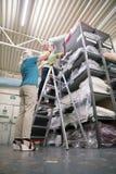 库存纺织品工厂的商务伙伴 免版税库存照片