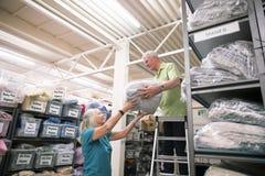 库存纺织品工厂的商务伙伴 图库摄影