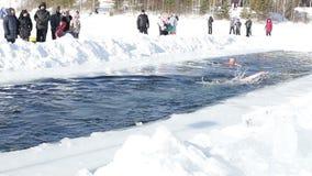库尔干,俄罗斯- 2016年2月14日,游泳的竞争在冬天户外在一个冻湖 极端健身 影视素材