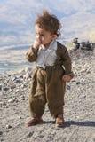 库尔德斯坦, 2007年10月14日:未认出的小男孩在库尔德斯坦的一个多山区域 库存照片