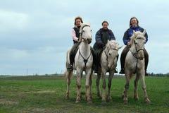 库尔斯克,俄罗斯04日2007年:三个俄国女孩坐  免版税库存照片