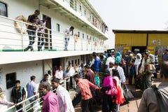 库尔纳,孟加拉国, 2017年3月1日:在河的典型的客船 库存照片