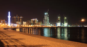 巴库市和里海在晚上 库存图片