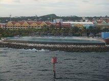 库拉索岛使水池和海洋秀丽靠岸 图库摄影