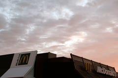 库斯塔奈,哈萨克斯坦, 2018年7月 麦克唐纳` s快餐餐馆的屋顶以早晨天空为背景的与 图库摄影