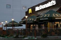 库斯塔奈,哈萨克斯坦, 2018年7月 麦克唐纳` s餐馆大厦在早晨或晚上光 没有人民 免版税库存照片