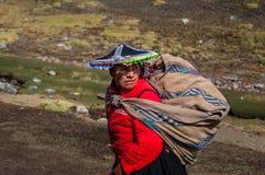 库斯科,秘鲁- 2016年10月15日:关闭妇女Latinadressing传统衣裳画象并且运载传统袋子 免版税库存照片