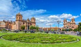 库斯科,秘鲁- 2017年4月25日:库斯科、耶稣会的秘鲁- - Plaza de阿玛斯和教会 免版税库存图片