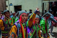 库斯科,秘鲁- 2016年10月7日:穿传统衣裳的秘鲁男孩在一支欢乐的队伍参与 库存照片
