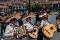 库斯科,秘鲁- 2016年10月7日:阔边帽的拉丁音乐家演奏吉他和手风琴在婚礼 免版税库存照片