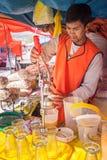 库斯科/秘鲁- 5月27 2008年:拉丁人汁液制造商,紧压桔子 免版税库存图片