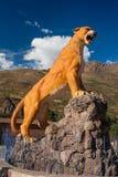 库斯科/秘鲁- 5月29 2008年:橘黄色美洲狮动物雕象在Calca镇在秘鲁安地斯 免版税库存图片