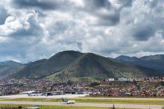 库斯科` s亚历杭德罗Velasco Astete国际机场鸟瞰图  免版税库存图片