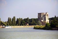 库班河的看法在修建一个未完成的房子的克拉斯诺达尔 库存照片