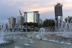 巴库的首都的城市视图有一个喷泉的,在阿塞拜疆 免版税库存图片
