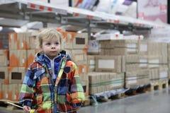 仓库空间的孩子 免版税库存图片