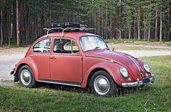 库萨莫,芬兰- 2017年8月15日:老红色汽车大众Beetl 库存图片
