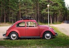 库萨莫,芬兰- 2017年8月15日:老红色汽车大众Beetl 图库摄影