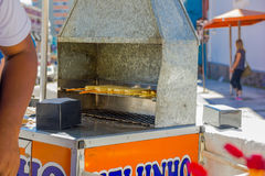库里奇巴,巴西- 2016年5月12日:一些乳酪棍子在位于市场的一辆小食物汽车烤了 库存照片
