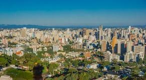 库里奇巴,巴西- 2016年5月12日:一些大厦好的看法在城市,作为背景的蓝天 免版税库存照片