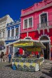 库里奇巴,巴西- 2016年5月12日:在beautifull红色房子前面位于的一点食物立场 免版税图库摄影