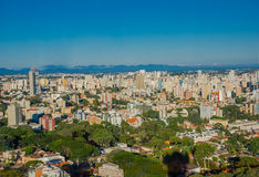 库里奇巴,巴西- 2016年5月12日:城市的好的看法从德国森林的在1996年打开了在curitiba巴西的首都 库存图片