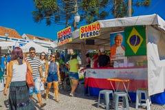 库里奇巴,巴西- 2016年5月12日:走在市场旁边的未认出的人民站立与教皇的照片在a旁边 图库摄影