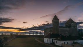 库雷萨雷,萨列马岛海岛,爱沙尼亚 定期流逝,时间间隔,在日落时间的Timelapse主教城堡 传统 股票录像