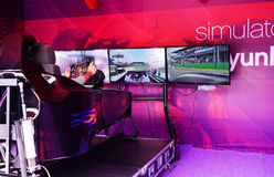 巴库,阿塞拜疆- 2016年5月17日:在法拉利F1的公开赛车模拟器与在调整巴库的商展的大量观众是 库存照片