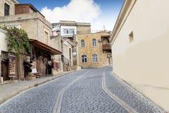 巴库,阿塞拜疆- 2014年10月17日:在老城市的一个街道视图在巴库,阿塞拜疆 免版税库存照片