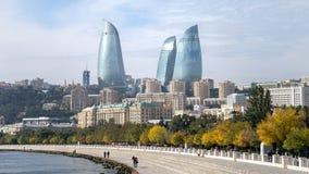 巴库,阿塞拜疆- 2014年10月18日:在巴库都市风景的火焰塔 免版税库存照片