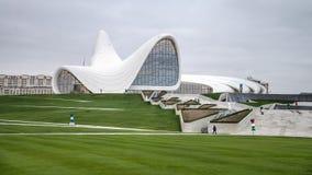 巴库,阿塞拜疆- 2014年10月22日:盖达尔・阿利耶夫中心博物馆:建筑师设计的Haydar阿利耶夫中心萨哈・哈帝 库存照片