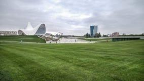 巴库,阿塞拜疆- 2014年10月22日:盖达尔・阿利耶夫中心博物馆:建筑师设计的Haydar阿利耶夫中心萨哈・哈帝 免版税库存照片