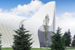 巴库,阿塞拜疆- 2014年10月13日:盖达尔・阿利耶夫中心是一个大厦区在巴库,设计由伊拉克英国建筑师Zaha 免版税库存图片
