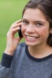 应召女郎少年她的移动电话 库存图片