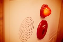 应急灯墙板和警报报告人听起来 免版税图库摄影