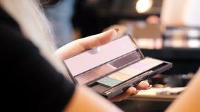应用与刷子的化妆师眼影 影视素材