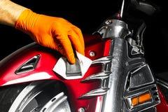 应用保护带的汽车波兰蜡工作者手在擦亮前 抛光的和擦亮的摩托车 汽车详述 人举行 免版税库存图片