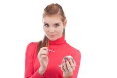 应用光泽嘴唇俏丽的妇女年轻人 免版税图库摄影
