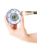 应用关心皮肤透明油漆 刷子和黏土泥面具特写镜头  免版税库存图片