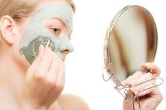 应用关心皮肤透明油漆 黏土泥面具的妇女在面孔 beauvoir 库存照片