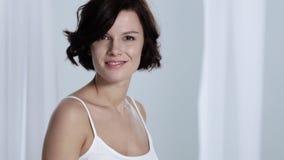 应用关心皮肤透明油漆 妇女感人的腋窝皮肤和微笑对照相机 股票视频