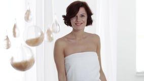 应用关心皮肤透明油漆 妇女感人的腋窝皮肤和微笑对照相机 股票录像