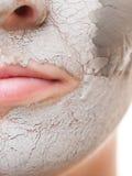 应用关心皮肤透明油漆 应用在面孔的妇女黏土面具 温泉 免版税图库摄影