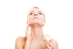应用关心皮肤透明油漆 应用润湿的奶油的女孩 免版税库存图片